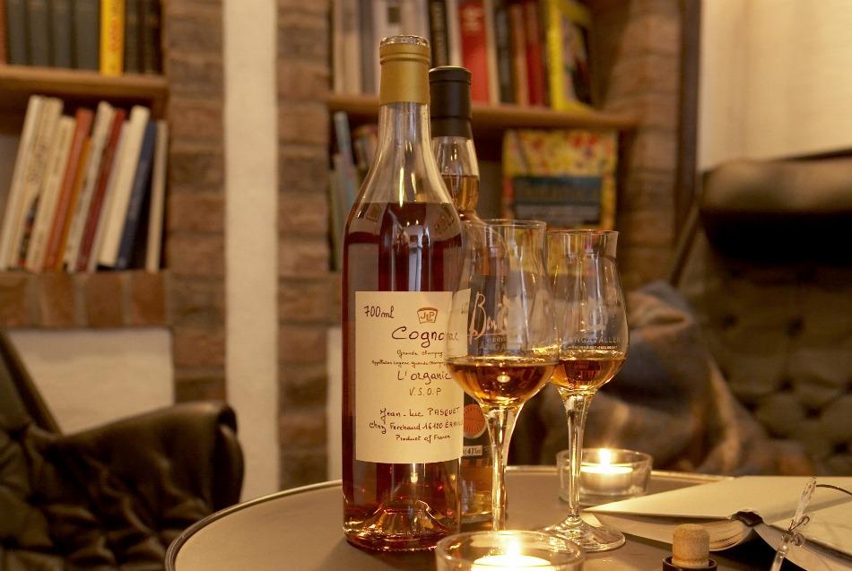 bild på bibliotek med en flaska cognac