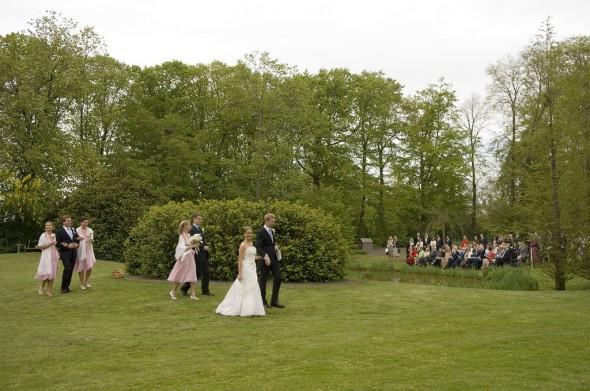 bild på ett bröllopspar i parken på Ängavallen