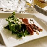 bild på mat uppdukat på ett bord