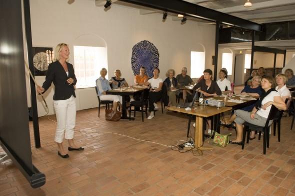 bild på en konferens med folk på plats