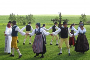 bild på dans runt midsommarstången