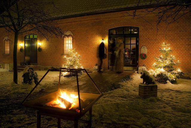 par möts utanför julbord hos ängavallen
